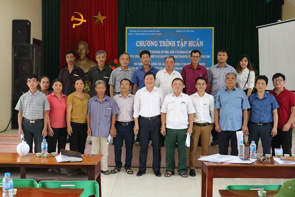Công ty S&D chụp ảnh lưu niệm cùng cán bộ xã Yên Phụ, huyện Yên Phong